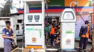कच्चा तेल पानी से भी सस्ता लेकिन पेट्रोल, डीजल की कीमत सिर्फ एक रुपया घटी