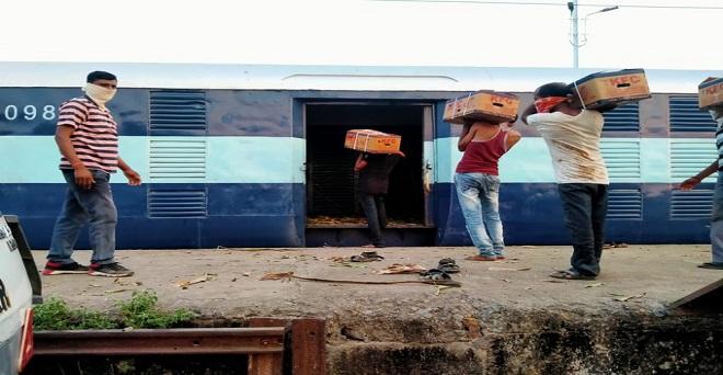 किसानों का समर्थन देने के लिए नेफेड की पहल। महाराष्ट्र के जलगाँव में रेल से दिल्ली के लिए केले लोड कराते नेफेड के अधिकारी