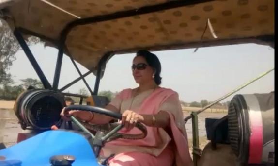 Image result for चुनावी मौसम में गेहूं काटने के बाद अब हेमा मालिनी ने चलाया ट्रैक्टर, देखें तस्वीरें