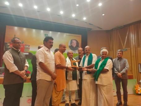 तमिलनाडु में कोयंबटूर की वेलियनगिरि उझावन प्रोड्यूसर कंपनी नारियल, सुपारी, सब्जियां, हल्दी और केला उत्पादकों के लिए काम करती है।