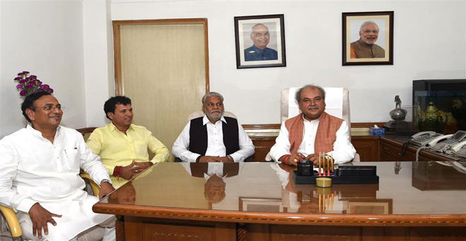 केंद्रीय कृषि मंत्री नरेंद्र सिंह तोमर के साथ, कृषि राज्य मंत्री पुरुषोत्तम रुपाला और कृषि राज्य मंत्री कैलाश चौधरी ने भी चार्ज लिया