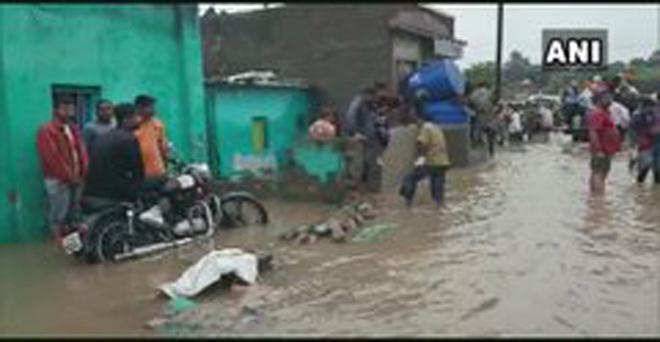 भारी वर्षा से महाराष्ट्र के नासिक, मनमाड और मालेगांव के कई हिस्सों में बाढ़ जैसी स्थिति बनी हुई है