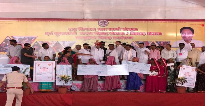 मध्य प्रदेश के मुख्यमंत्री कमल नाथ ने झाबुआ के पॉलिटेक्निक कॉलेज में जय किसान फसल ऋण माफी योजना के हितग्राहियों को प्रमाण पत्र वितरित किए