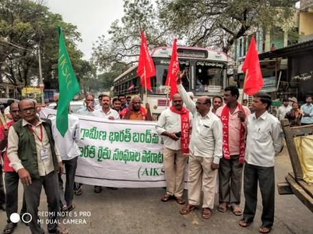 तेलंगाना के किसान ग्रामीण भारत बंद के दौरान रोड़ जाम करते हुए