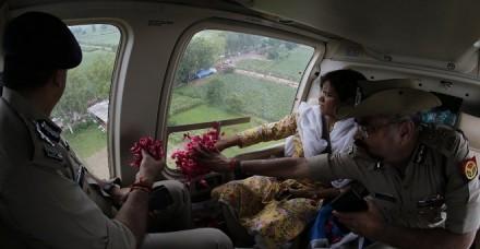 यूपी के एडीजी ने कांवड़ियों पर हेलीकॉप्टर से बरसाए फूल, कहा- न दें इसे धार्मिक एंगल