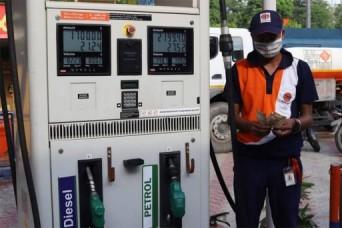 महंगाई: चुनाव खत्म होते ही बढ़े तेल के दाम, पेट्रोल 100 के पार
