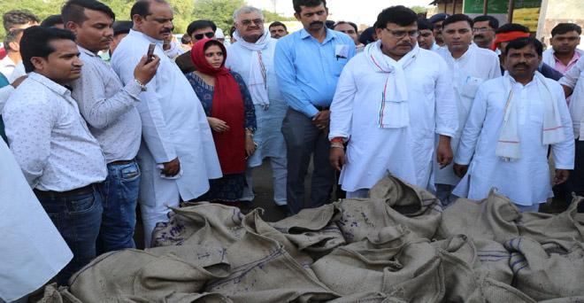 मध्य प्रदेश के खाद्य मंत्री द्वारा कृषि उपज मंडी मुरैना का आकस्मिक निरीक्षण, दो कर्मचारियों के विरुद्ध कठोर कार्रवाई के दिए निर्देश