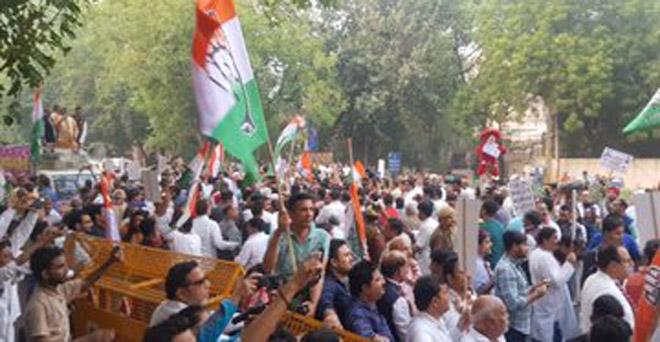 प्याज की कीमतों में आई तेजी के खिलाफ दिल्ली में प्रदर्शन करते कांग्रेस के कार्यकर्ता
