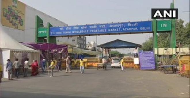 दिल्ली की आजादपुर फल एवं सब्जी मंडी में प्रवेश करने से पहले लोगों की मेडिकल जांच की जा रही है, मंडी में अभी तक 16 कोरोना वायरस पॉजिटिव केस सामने आ चुके है।