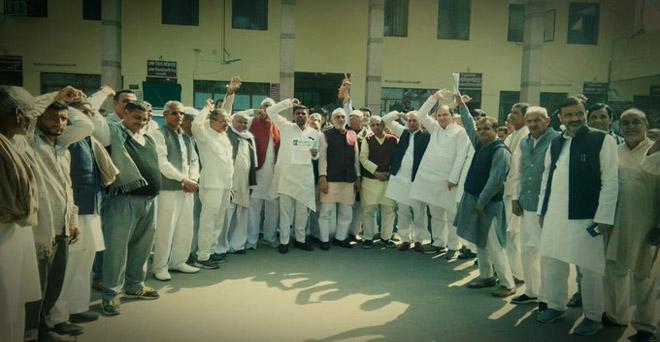 गन्ना किसानों के बकाया भुगतान के साथ ही एसएपी जल्द घोषित करने आदि मांगों को लेकर शामली में राष्ट्रीय लोकदल के कार्यकर्ताओं ने धरना-प्रदर्शन कर प्रशासन को ज्ञापन सौंपा