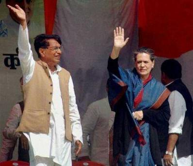 अलीगढ़ में कांग्रेस अध्यक्ष सोनिया गांधी के साथ चुनाव रैली करते आरएलडी प्रमुख चौधरी अजीत सिंह