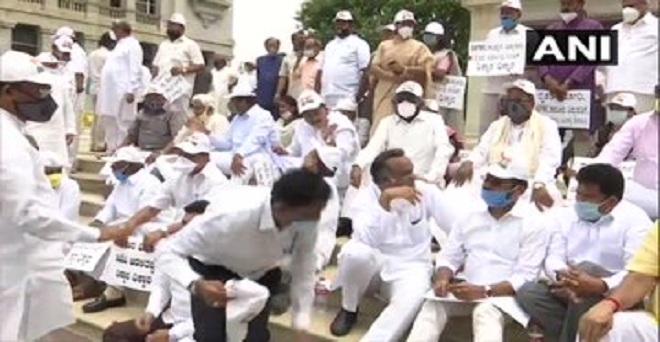 कर्नाटक के बेंगलुरु में कांग्रेस नेताओं ने विधानसभा के परिसर में एपीएमसी अधिनियम में संशोधन के खिलाफ राज्य सरकार के खिलाफ विरोध प्रदर्शन किया