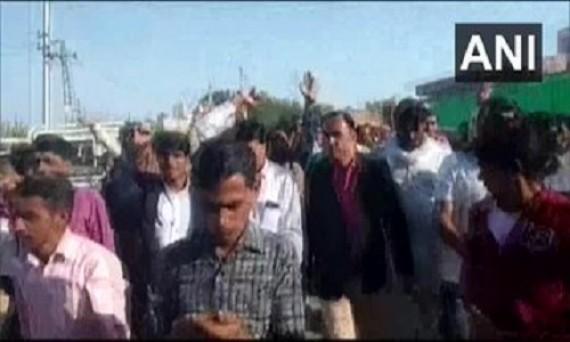 राजस्थान: टिड्डियों से अपनी फसलों को हुए नुकसान के लिए केंद्र और राज्य सरकारों से विशेष राहत पैकेज की मांग को लेकर बाड़मेर के किसानों ने विरोध प्रदर्शन किया