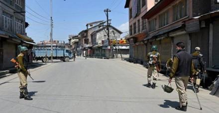 कश्मीर: हंदवाड़ा में फिर लगा कर्फ्यू, श्रीनगर के कुछ क्षेत्रों में भी जारी