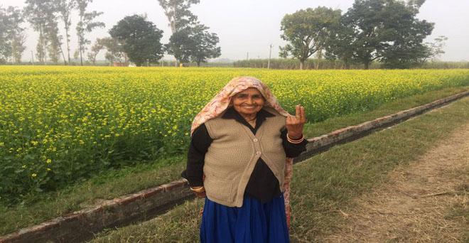 शूटर दादी के नाम से मशहूर उत्तर प्रदेश के बागपत जिल में जौहड़ी गांव की चंद्रो तोमर सरसों के खेत में