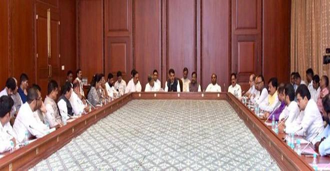 महाराष्ट्र के मुख्यमंत्री देवेंद्र फड़नवीस ने बेमौसम बारिश से प्रभावित क्षेत्रों का दौरान करने वाले मंत्रियों और अधिकारियों से स्थिति की जानकारी ली