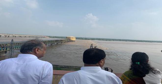 राजस्थान के मुख्यमंत्री अधिकारियों संग सागर पाड़ा, धौलपुर में चंबल नदी में जल प्रवाह के स्तर का जायजा लेते हुए
