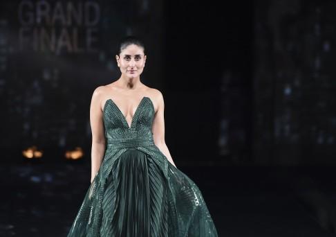 मुंबई में लैक्मे फैशन वीक के दौरान रैंप वॉक करतीं बॉलीवुड अभिनेत्री करीना कपूर