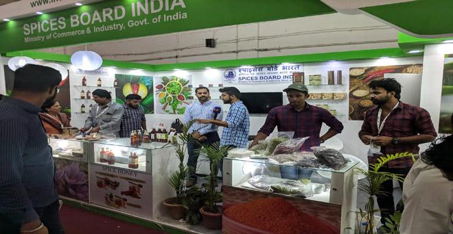 भारतीय मसाला बोर्ड का प्रगति मैदान में आहार 2019 में स्टाल, जिसमें केरल के किसान इलायची, लौंग एवं काली मिर्च आदि विभिन्न मसालों के बारे में जानकारी देते हुए
