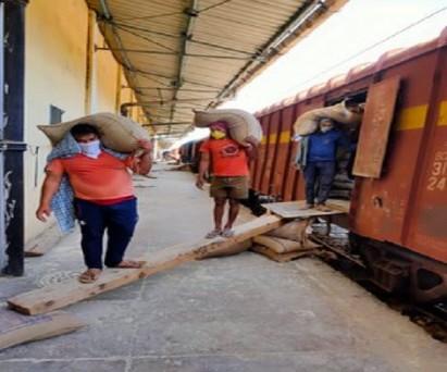 भारतीय खाद्य निगम ने 24 मार्च को शुरू हुए लॉकडाउन से अब तक 20 दिनों में 1,000 रेल रैक के जरिए देश के कोने-कोने में 30 लाख टन खाद्यान्न की आपूर्ति कर एक कीर्तिमान स्थापित किया है