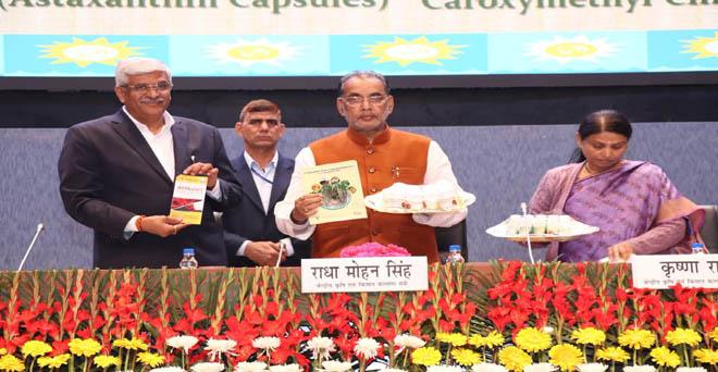 नई दिल्ली में भारतीय कृषि अनुसंधान परिषद (आईसीएआर) के 90वीं वार्षिक आम बैठक में केंद्रीय कृषि मंत्री राधामोहन सिंह के साथ केंद्रीय कृषि राज्य मंत्री।