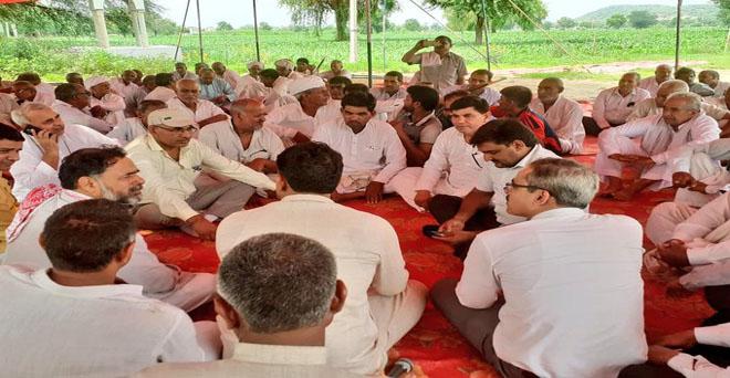 हरियाणा के ग्रीन कॉरिडोर 152-डी के लिए अधिग्रहण की गई जमीन की मुआवजा राशि बढ़वाने व टोल टैक्स में साझेदारी के लिए धरने पर बैठे किसानों को स्वराज इंडिया के अध्यक्ष योगेंद्र यादव ने दिया समर्थन।