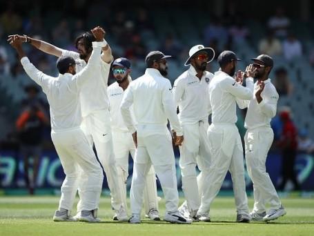 एडिलेड टेस्ट में ऐतिहासिक जीत की खुशी मनाती भारतीय टीम