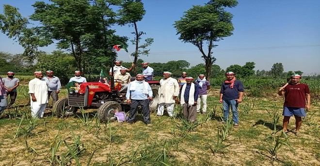 किसान सम्मान दिवस के मौके पर किसान एक दूसरे की हौसला अफजाई करते हुए
