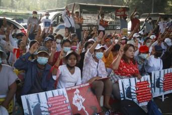म्यांमार में विरोध प्रदर्शन के दौरान पुलिस ने चलाई गोलियां, कम से कम 18 लोगों की मौत