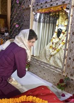 कांग्रेस महासचिव प्रियंका गांधी वाड्रा पूजा के लिए पहुंची वाराणसी के रविदास जन्मस्थान मंदिर