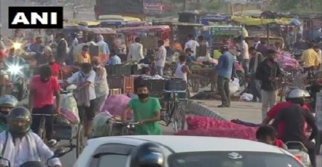 दिल्ली की गाजीपुर सब्ज़ी मंडी में आज सुबह बड़ी संख्या में लोग खरीदारी करने पहुंचे, सोशल डिस्टेंस जैसे नियमों को ताक पर रखा जा रहा है
