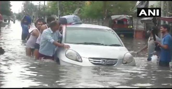 बिहार में बेमौसम की भारी बारिश के बाद पटना शहर में कई इलाकों में पानी भर गया