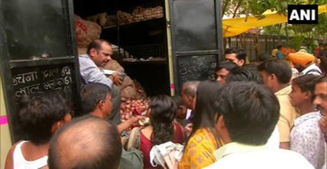 दिल्ली सरकार द्वारा 22 रुपये प्रति किलो बिकने वाले प्याज को खरीदने के लिए लोगों की भीड़