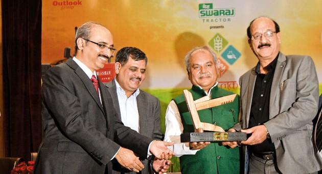केंद्रीय कृषि मंत्री नरेंद्र सिंह तोमर से श्रेष्ठ राज्य का अवार्ड लेते उत्तराखंड के कृषि मंत्री सुबोध उनियाल