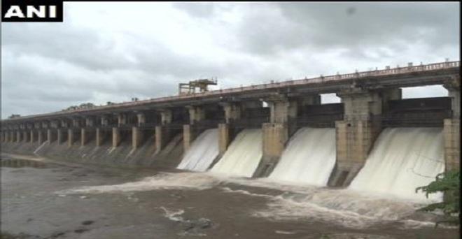 कर्नाटक: कल चिकमगलुरु और शिमोगा में हुई भारी वर्षा के बाद आज शिमोगा में स्थित तुंग बांध के चार गेट खोले गए।
