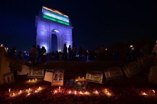 नई दिल्ली में इंडिया गेट पर पुलवामा आतंकी हमले के शहीद सीआरपीएफ जवानों को लोगों ने दी श्रद्धांजलि