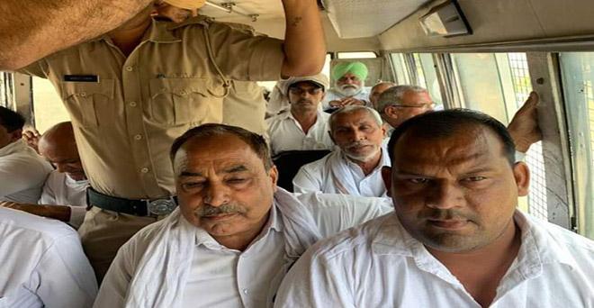 हरियाणा के किसान बिलासपुर में अपनी मांगों को लेकर राज्य के मुख्यमंत्री को ज्ञापन देना चाहते थे, जिन्हें राज्य की पुलिस ने गिरफ्तार कर लिया