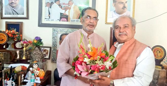 मोदी सरकार के पहले कार्यकाल में केंद्रीय कृषि मंत्री रहे राधामोहन सिंह के आवास पर नव नियुक्त केंद्रीय कृषि मंत्री नरेंद्र सिंह तोमर मुलाकात करते हुए