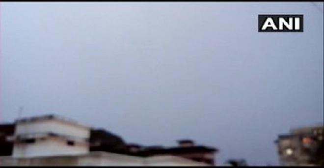 मंगलुरू में मानसून के आगमन के बाद कर्नाटक के कई इलाकों में बारिश जारी है। मंगलुरू शहर पर काले बादल छाए।