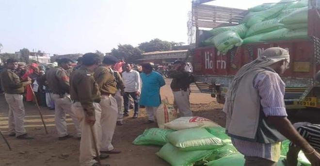 मध्य प्रदेश के कई जिलों में यूरिया खाद की किल्लत, कई जगहों पर पुलिस के पहरे में दिया जा रहा है कि किसानों को यूरिया