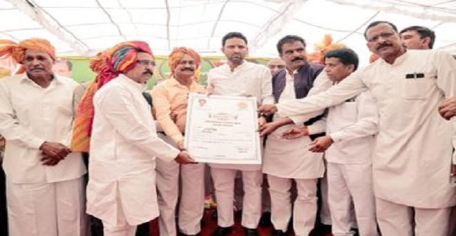 मध्य प्रदेश के कृषि मंत्री सचिन यादव ने आज उज्जैन जिले के घट्टिया में जय किसान फसल ऋण माफी कार्यक्रम में शामिल होकर पात्र किसानों को ऋण माफी प्रमाण पत्र और सम्मान पत्र वितरित किये