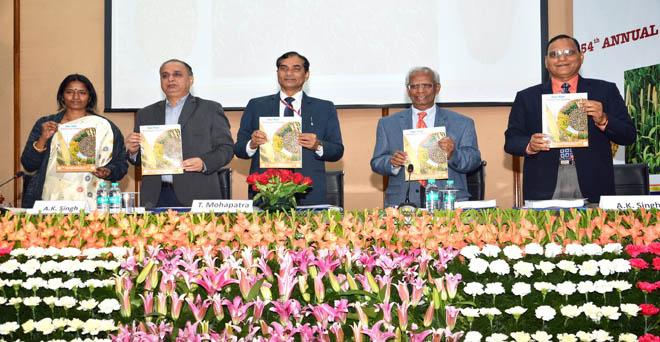 भारतीय कृषि अनुसंधान परिषद (आईसीएआर) के महानिदेशक एवं अन्य अधिकारी मोटे अनाज बाजरा पर आईसीएआर-एआईसीआरपी की वार्षिक बैठक के मौके पर