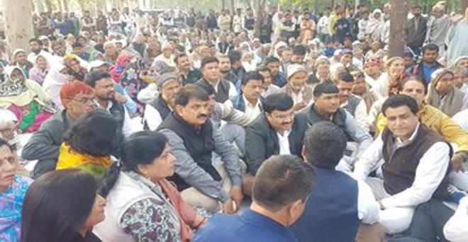 उत्तर प्रदेश के गाजियाबाद कलेक्ट्रेट आफिस के बाहर डासना-मेरठ रोड़ के मुआवजे की मांग को  लेकर किसानों का धरना जारी