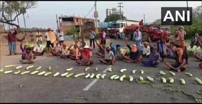 बिहार, नालंदा के बिहारशरीफ क्षेत्र में पुलिस द्वारा उत्पीड़न का आरोप लगाते हुए सब्जी किसानों ने विरोध प्रदर्शन किया और सड़क जाम किया।