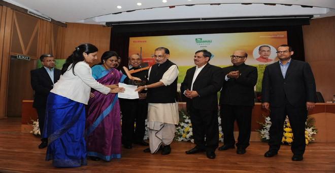 श्रेष्ठ राज्य सहकारी समिति का पुरस्कार दिया जा रहा है बिहार स्टेट मिल्क कोऑपरेटिव फेडरेशन को। सोसायटी की चेयरमैन एन विजयलक्ष्मी और एमडी शिखा श्रीवास्तव।