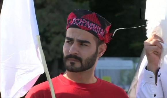 जिनेवा में संयुक्त राष्ट्र कार्यालय के सामने पाकिस्तानी सेना और उनकी खुफिया एजेंसियों के खिलाफ विरोध प्रदर्शन करता पश्तून तहफुज मूवमेंट का सदस्य