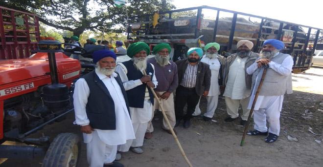 पंजाब के किसानों ने चंडीगढ़ की सीमा पर विरोध प्रदर्शन कर, राज्य सरकार से आवारा जानवरों से सुरक्षा और अधिक बूचड़खाने खोलने की मांग की