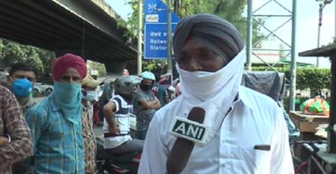 पंजाब के लुधियाना रेलवे स्टेशन के बाहर किसान धान रोपाई के लिए मजदूरों की तलाश में, संगरूर जिले के एक किसान ने कहा कि मजदरों की भारी कमी है, जबकि धान की रोपाई का सीजन शुरू हो गया है