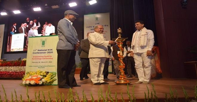 प्रौद्योगिकी आधारित खेती हेतु युवाओं का सशक्तिकरण विषय पर भारतीय कृषि अनुसंधान परिषद द्वारा आयोजित 11वां राष्ट्रीय कृषि विज्ञान केंद्र सम्मलेन 2020 का दीप प्रज्वलित कर शुभारम्भ करते हुए केंद्रीय कृषि मंत्री