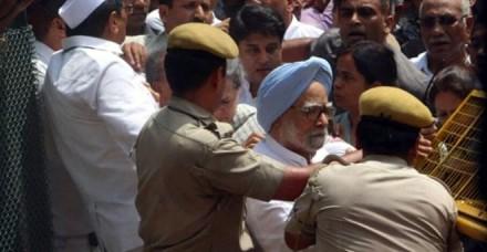 सोनिया, मनमोहन और राहुल ने दी गिरफ्तारी, रिहा